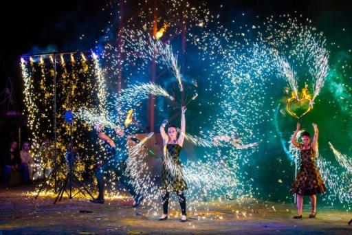 В Набережных Челнах артисты сыграли на улице пять спектаклей