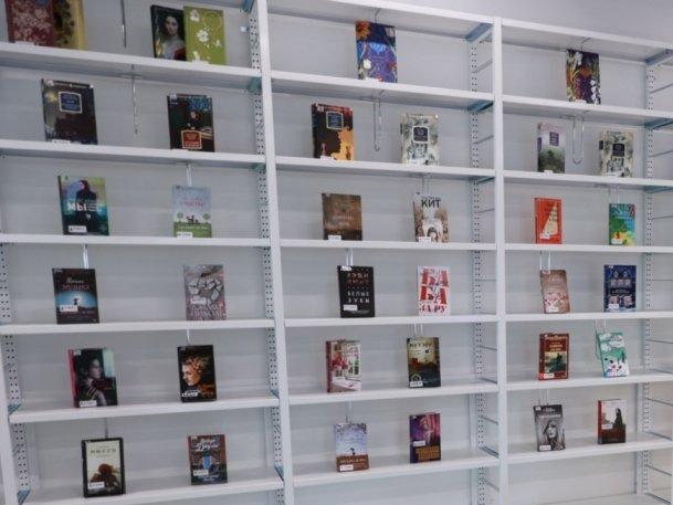 В детских больницах Казани появятся новые книжные стеллажи