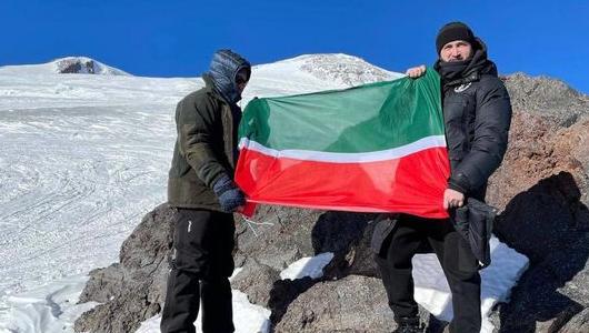 Муфтий Татарстана водрузил на Эльбрусе флаг республики