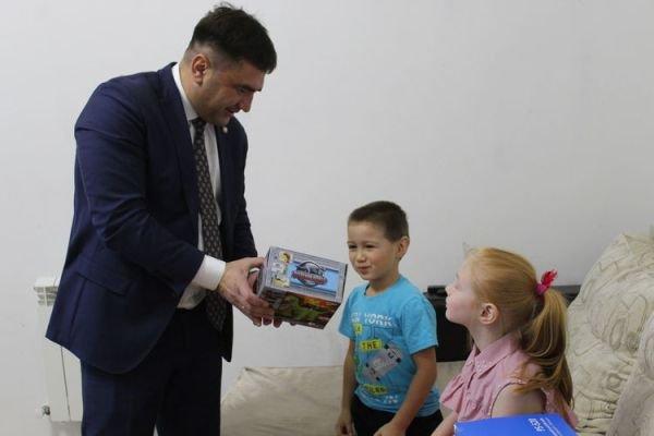 Глава Кукморского района исполнил мечту девочки о караоке и колонках