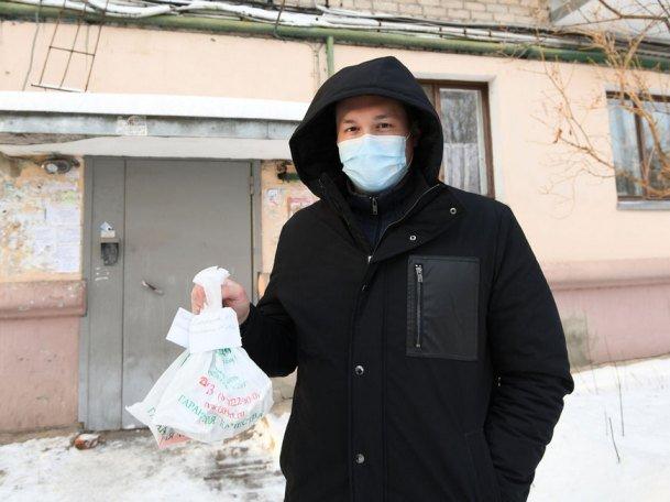 В период новогодних праздников сотрудники Исполкома Казани доставляют лекарства больным коронавирусом