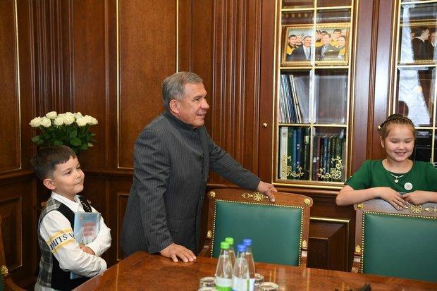Минниханов провел экскурсию для детей в своем кабинете