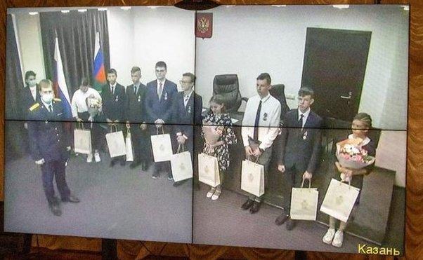 Глава Следкома по Татарстану вручил медали учащимся казанской гимназии №175