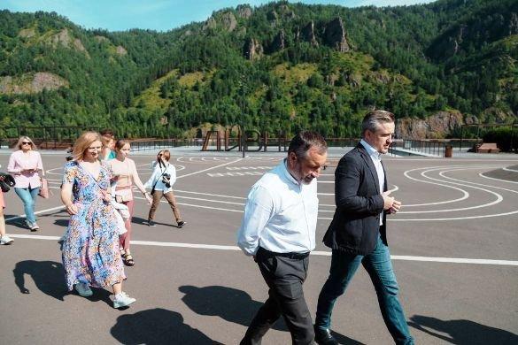 Со дна озера Комсомольского подняли лыжные палки, виниловую пластинку и мяч