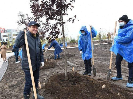 И. Метшин со школьниками на территории нового парка в «Салават Купере» посадил черемуху